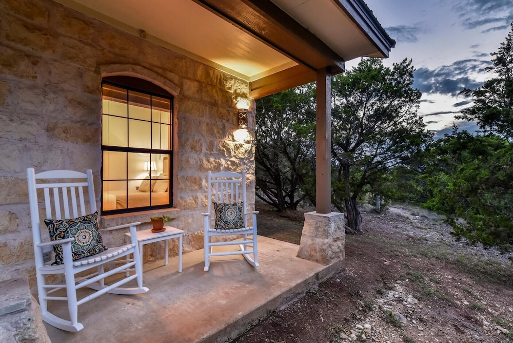Balcony, Hill Country Retreat Private Hot Tub 1 Mile To DT DS Stay 2 Nights 3 Night Free