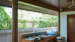 ตู้เย็นขนาดใหญ่, ไมโครเวฟ, เตาประกอบอาหาร, กาต้มน้ำไฟฟ้า
