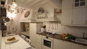 ตู้เย็น, เตาอบ, เตาทำครัว, เครื่องชงกาแฟ/ชา