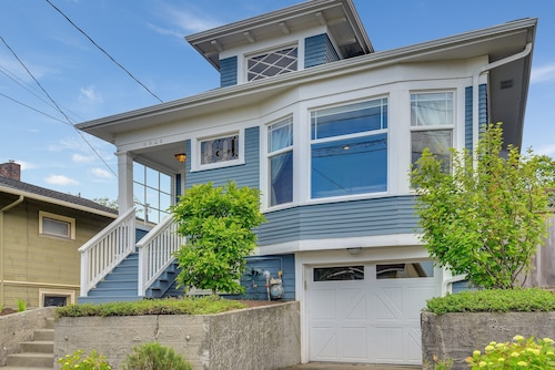 Great Place to stay Phinney Ridge Horizon House - Three Bedroom Home near Seattle