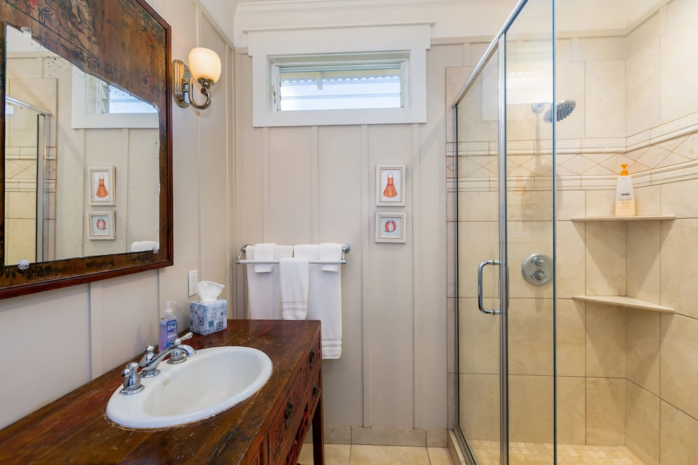 Bathroom, Delightful Plantation Cottage Steps From Beach 100% Refund for 14day Restriction