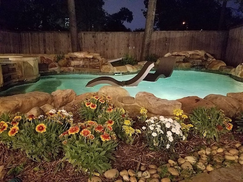 Near IT All! Backyard Oasis, Heated Pool & Spa, Outdoor Kitchen/bar Fireplace