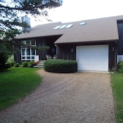 Three Level Beautiful Spacious Contemporary Home With Game Room & Central AC
