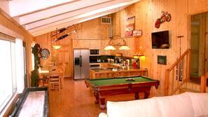 Télévision, cheminée, baby-foot, table de tennis de table