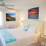 Steps to Beach, Sleeps 2, AC, Heated Pool, Wifi, Parking, Covered Deck, Wash/dry