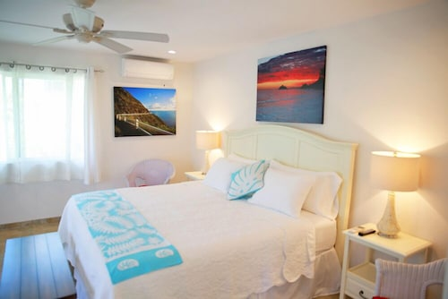 Steps to Beach, Sleeps 2-4. AC, Heated Pool, Wifi, Parking, Covered Deck, Washer