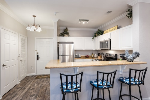 Cozy Retreat, Luxury Condo Minutes From Disney