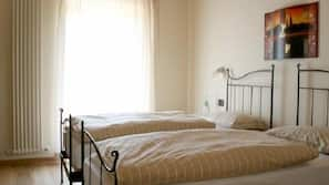 Schreibtisch, kostenpflichtige Babybetten, kostenloses WLAN, Bettwäsche