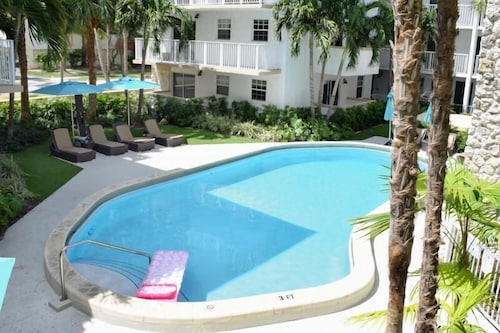 Cozy 2br/2ba IN KEY Biscayne, Steps TO THE Beach, Pool, Parking, Kitchen