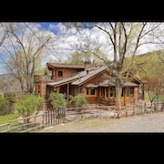 Beautiful Creek Side log Home, Lots of Open Space but Only Minutes to Town
