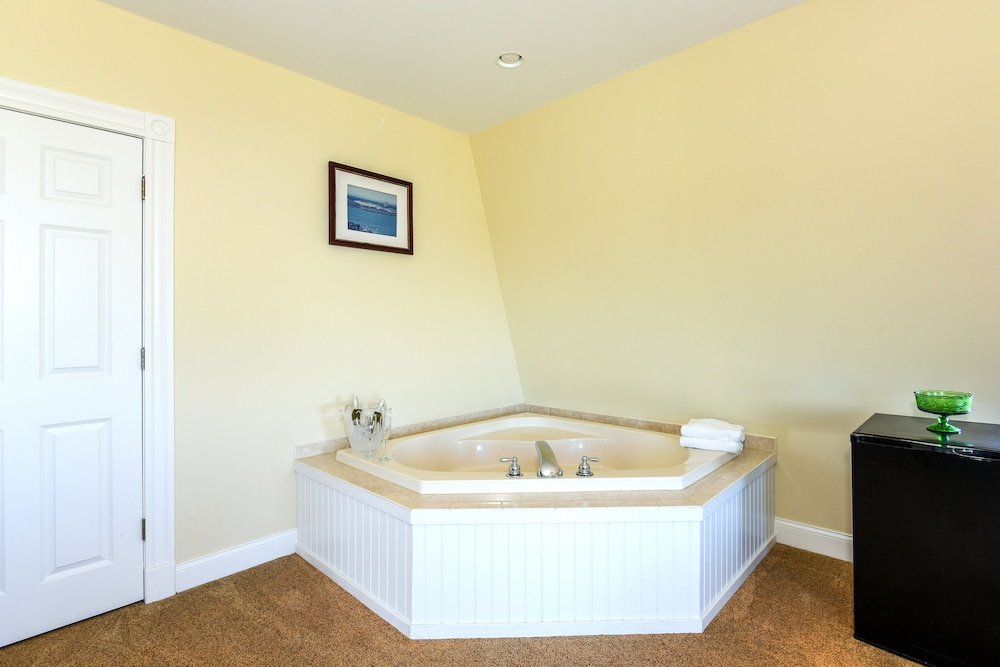Jetted Tub, Payne's Harbor View Inn