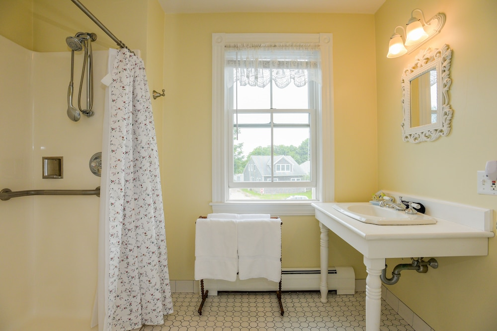 Bathroom, Payne's Harbor View Inn