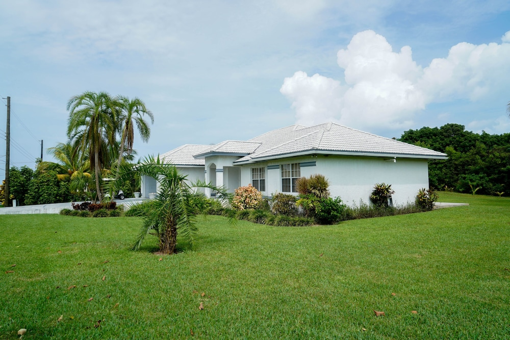 Property Grounds, Pinder's Paradise 3 bed Rental minutes away from beautiful pink sand beach