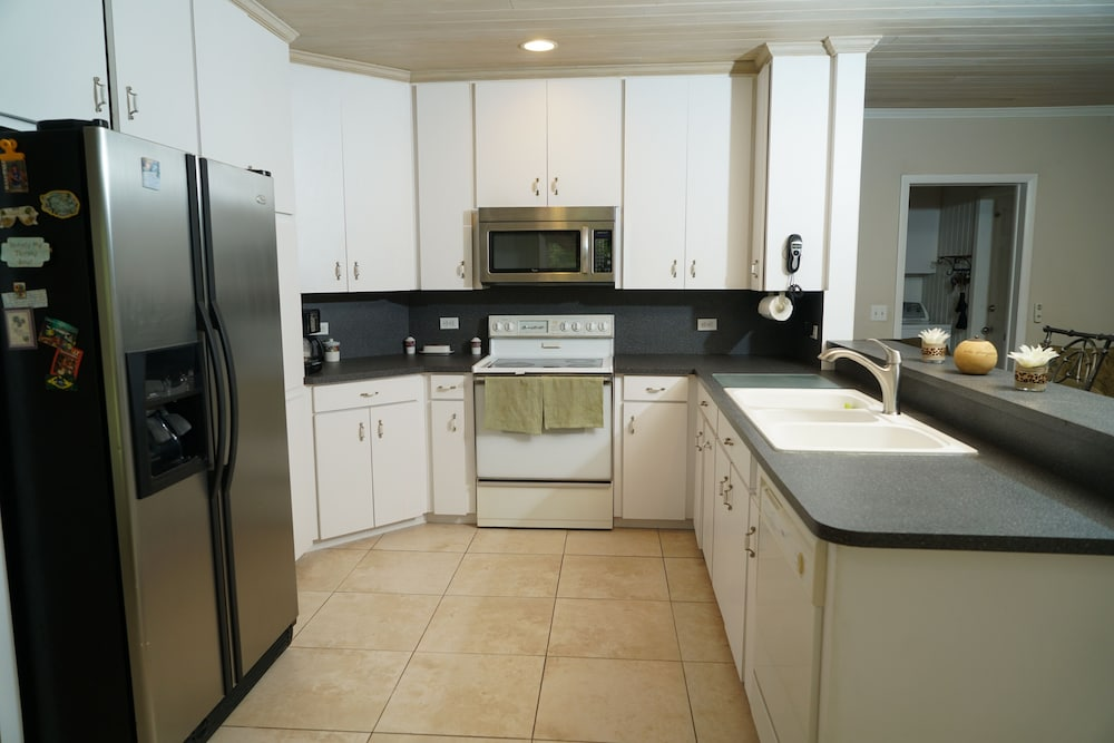 Private Kitchen, Pinder's Paradise 3 bed Rental minutes away from beautiful pink sand beach