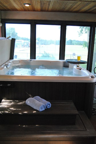 Private Pool and Indoor Hottub Within Miles of MSP Airport & MOA With Skyline