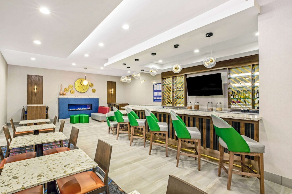 Lobby Lounge, La Quinta Inn & Suites by Wyndham Waco Downtown - Baylor