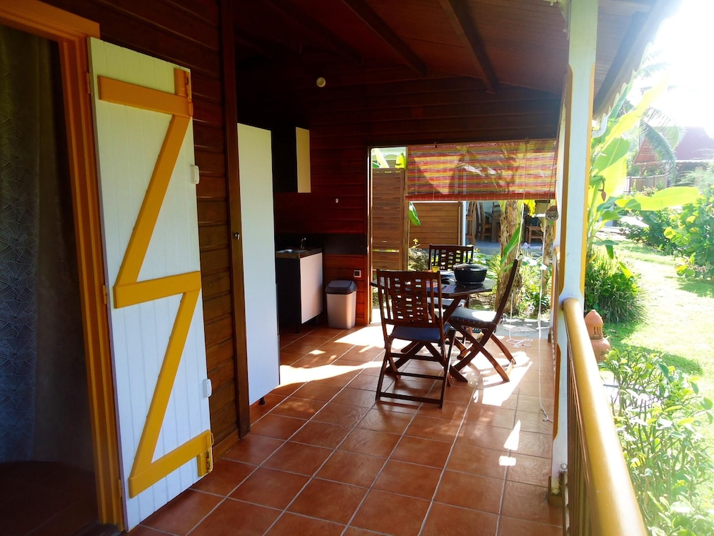 Private Kitchen, Bungalow With one Bedroom in Le Moule, With Wonderful sea View, Shared Pool, Enclosed Garden - 400 m From the Beach