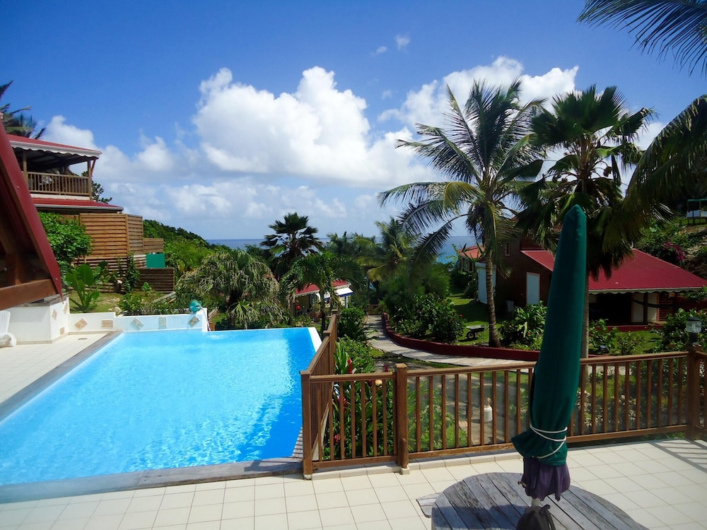 Pool, Bungalow With one Bedroom in Le Moule, With Wonderful sea View, Shared Pool, Enclosed Garden - 400 m From the Beach