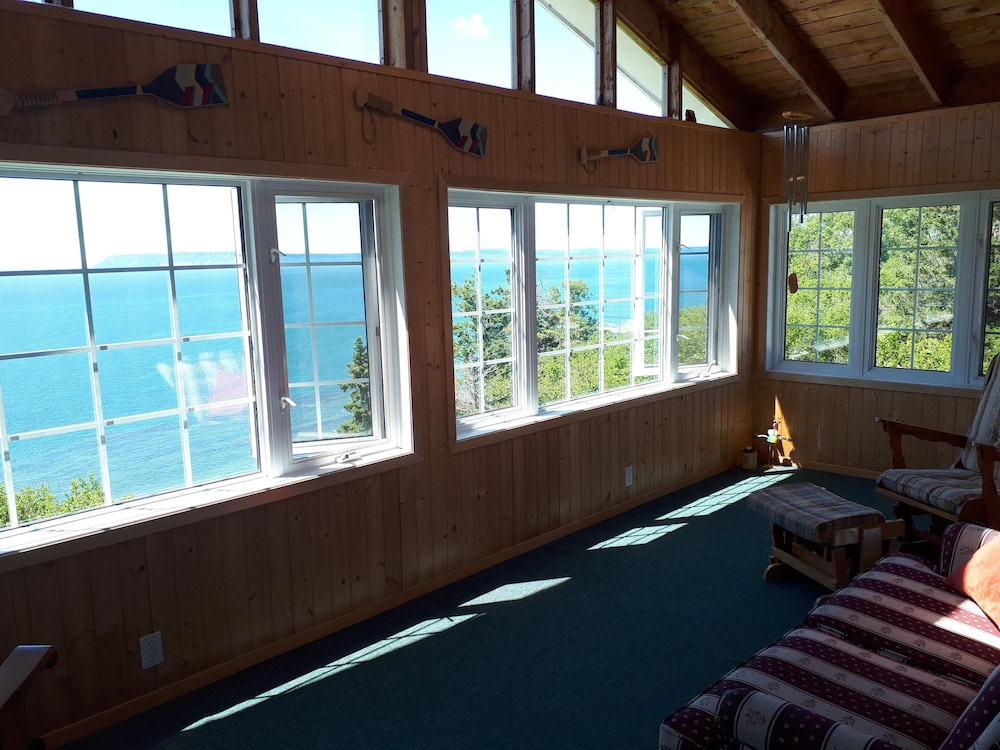 Room, Ocean Song Cottages. Spectacular Ocean Views. Free Wifi!!