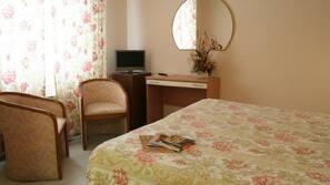 Una scrivania, culle/letti per bambini (gratuiti)