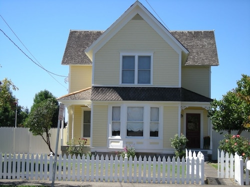 Great Place to stay Large Victorian 2 Story Family and Entertainment Beauty near Forest Grove