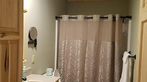 Ducha, secador de pelo y toallas