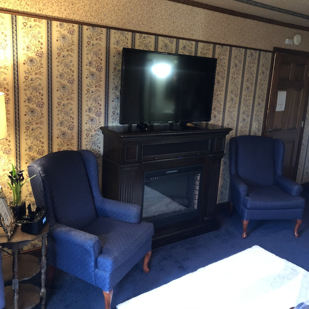 Living Area, Otter Creek Inn Fireplace and Jacuzzi Suites