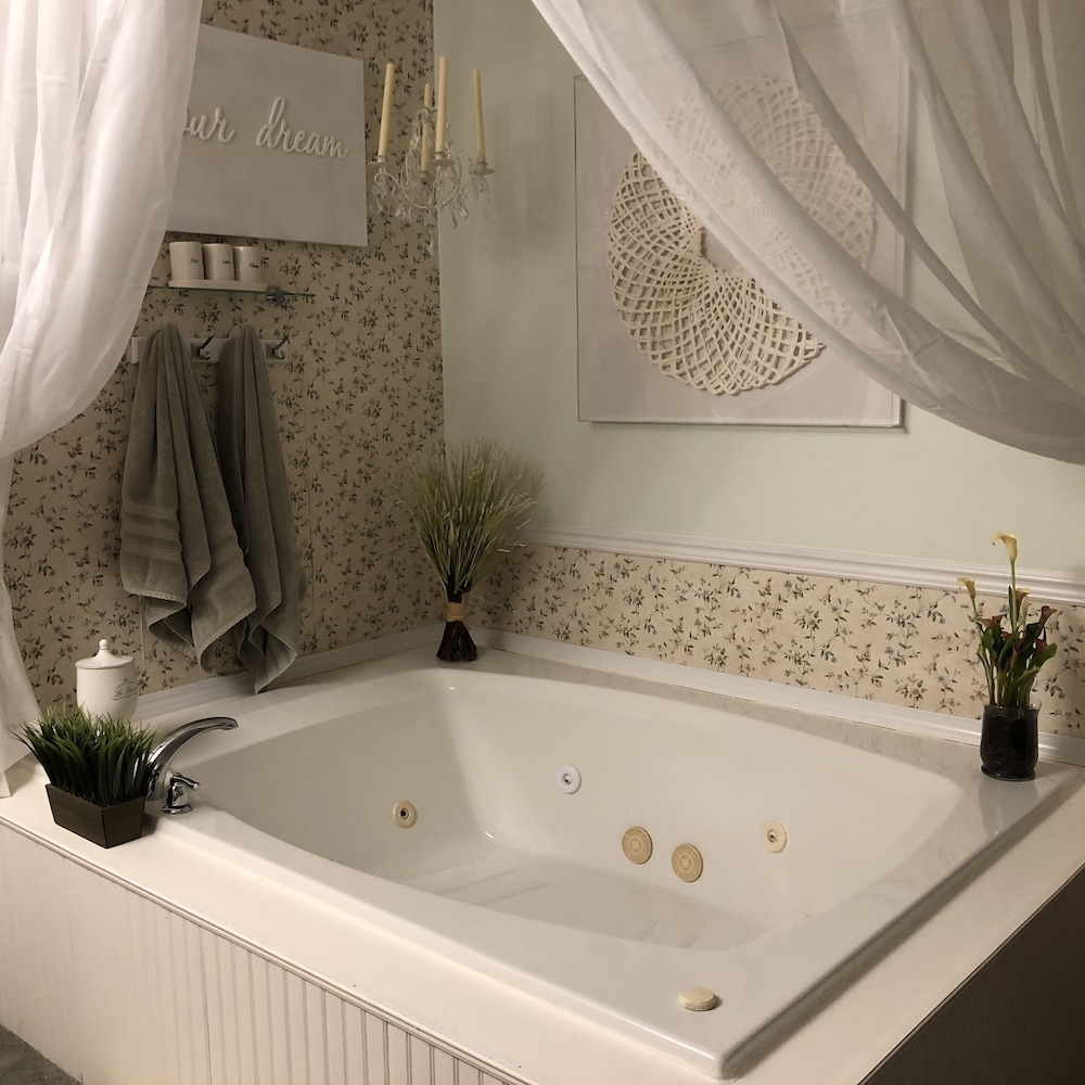 Jetted Tub, Otter Creek Inn Fireplace and Jacuzzi Suites
