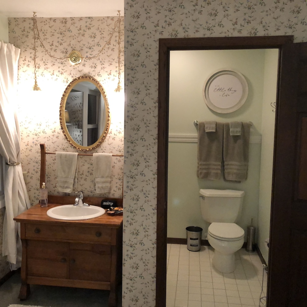 Bathroom Shower, Otter Creek Inn Fireplace and Jacuzzi Suites