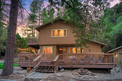 Beautiful Lodge Nestled Near the Mountains of Yosemite With Views and Hot Tub