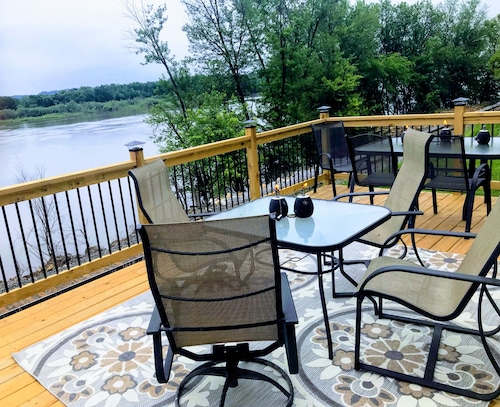 The Perfect Family Meeting Place, Enjoy Fall Foliage Views and the Mississippi!