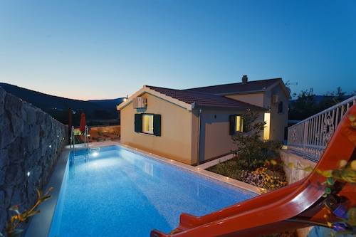 Newly built Villa with Heated Swimming Pool, Jacuzzi & Water Slide