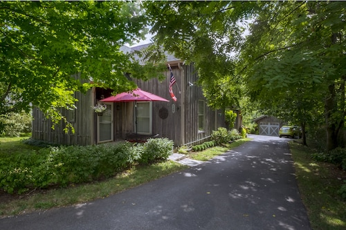 Charming Cottage Conveniently Located In The Heart Of Horse And Bourbon Country