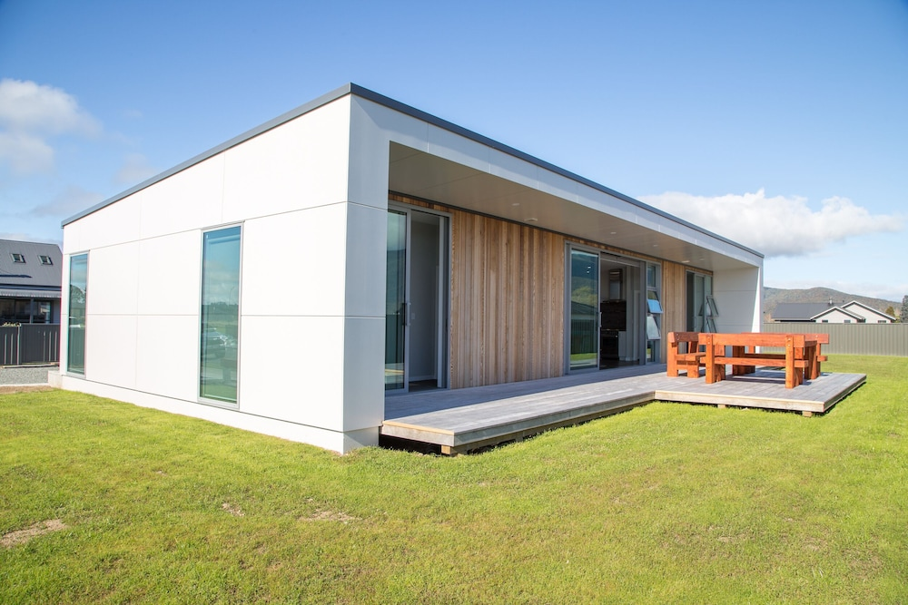 Brand New Modern 3 Bedroom House With Lakeviews 200m From Lake Te