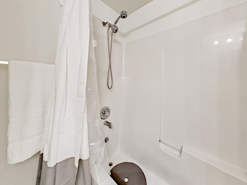 Bathroom Shower, Updated 3br Near Downtown & Airport 3 Bedroom Duplex