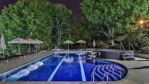 Piscina interna, piscina externa, guarda-sóis, espreguiçadeiras