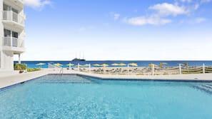 Una piscina al aire libre (de 6:00 a 22:30), tumbonas