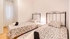 3 slaapkamers, een strijkplank/strijkijzer, babybedden (toeslag)