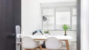 Una scrivania, postazione laptop, tende oscuranti, ferro/asse da stiro