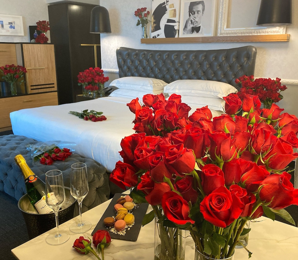 Room, The Rose Chicago, Tapestry Collection by Hilton