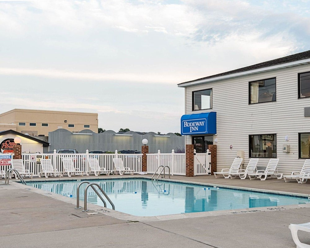 Pool, Rodeway Inn And Suites