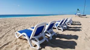 Playa privada, arena blanca, tumbonas y toallas de playa