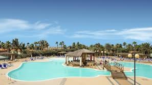 Una piscina al aire libre de temporada, una piscina de entrenamiento