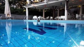Una piscina al aire libre de temporada (de 9:00 a 18:00), sombrillas