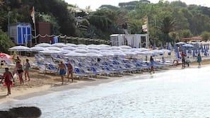 Privatstrand, weißer Sandstrand, Liegestühle, Sonnenschirme