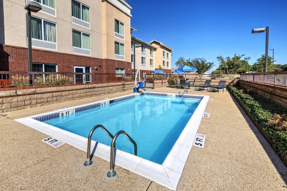Outdoor Pool, Fairfield Inn & Suites by Marriott Memphis Olive Branch