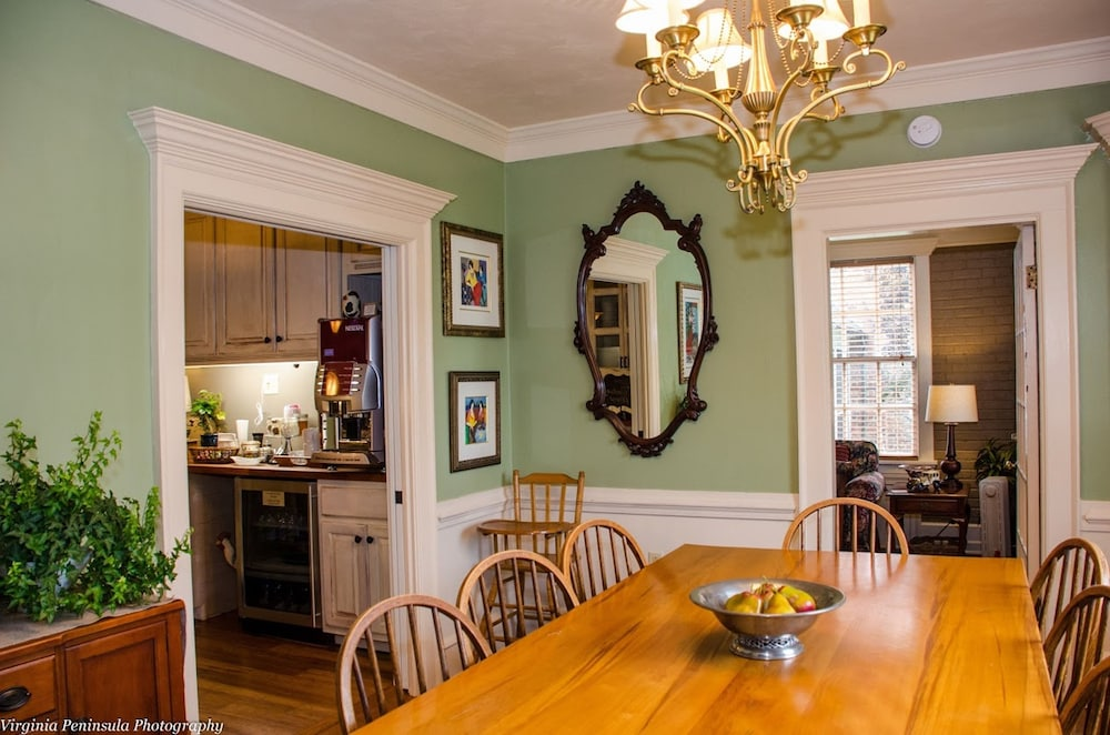 Family Dining, Williamsburg Manor B&B