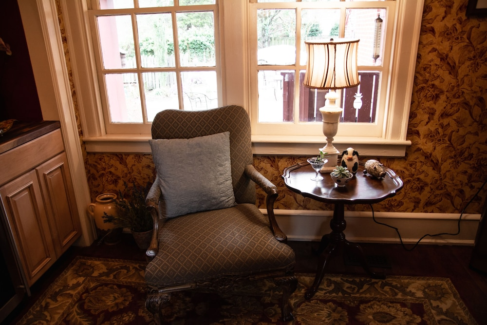 Lobby Sitting Area, Williamsburg Manor B&B