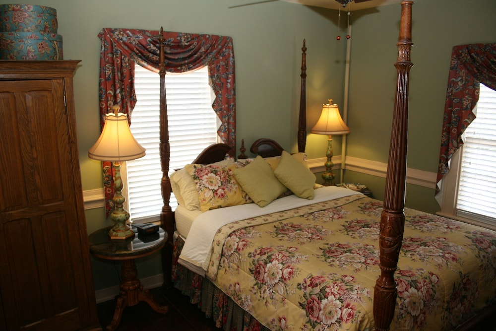 Room, Williamsburg Manor B&B