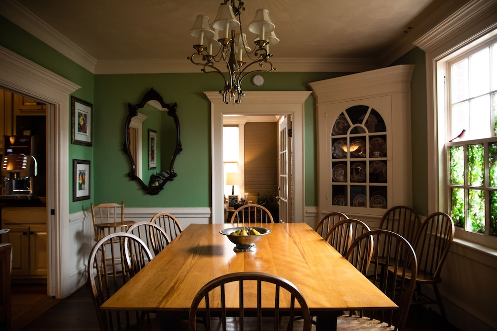 Dining, Williamsburg Manor B&B